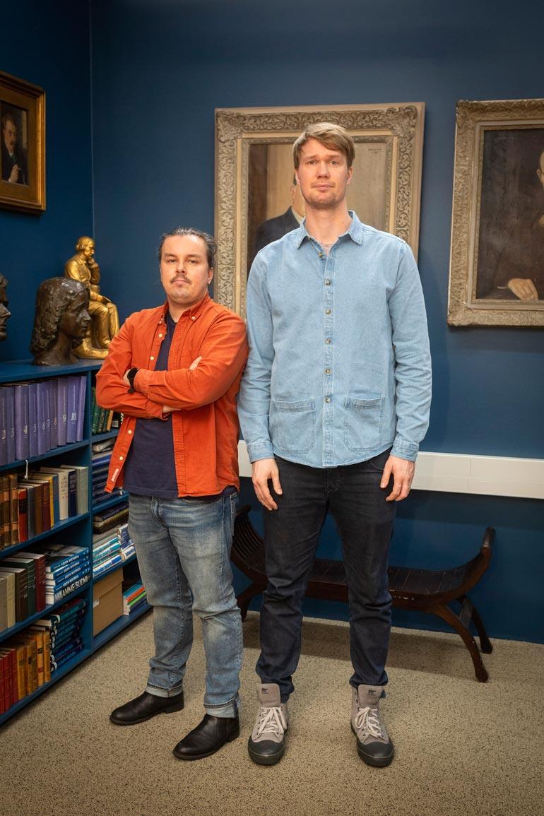 Nämä miehet ovat saman ikäisiä. Silti Seiskan 178-senttinen reportteri Eetu Ampuja näyttää lähinnä wookiee-vauvalta 211-senttisen Joonaksen rinnalla.
