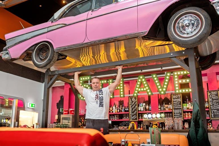 Hollywood on Jouko Aholalle jo historiaa, mutta Amerikkaa pääsee maistamaan Hämeenlinnassakin. – Käyn usein täällä Fifth Avenuella syömässä, voimanpesä vinkkaa.