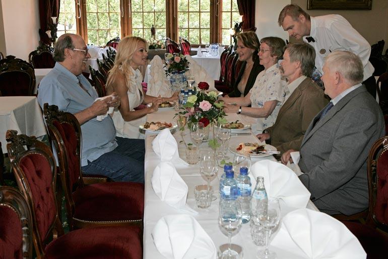 Pamela nautti sukulaistensa kanssa iloisen ja välittömän lounaan Vanajanlinnassa.