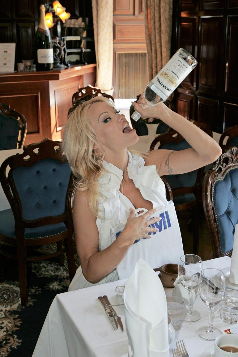 – Näinkö me suomalaiset hörpimme kossua, Pamela kysyi saatuaan Seiskalta pullon lahjaksi.