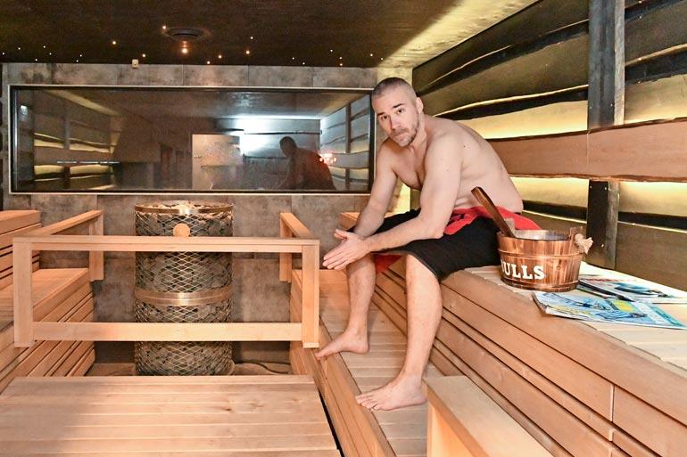 Studion saunatila on Aleksille tärkeä paikka. – Täällä tulee rauhoituttua lähetysten jälkeen.