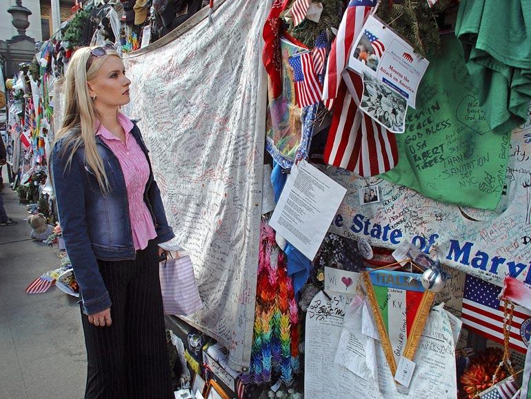 Heidi hiljentyi katsomaan tuhoutuneen World Trade Centerin laitamille tuotuja muistoesineitä.