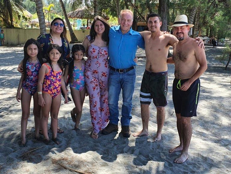 Teuvo asuu ystävänsä Manuelin (oik.) luona. Perheeseen kuuluu vaimo Eveline ja lapset Rebecca, Natalia ja Rocio. Kuvassa myös Manuelin veli Hector.