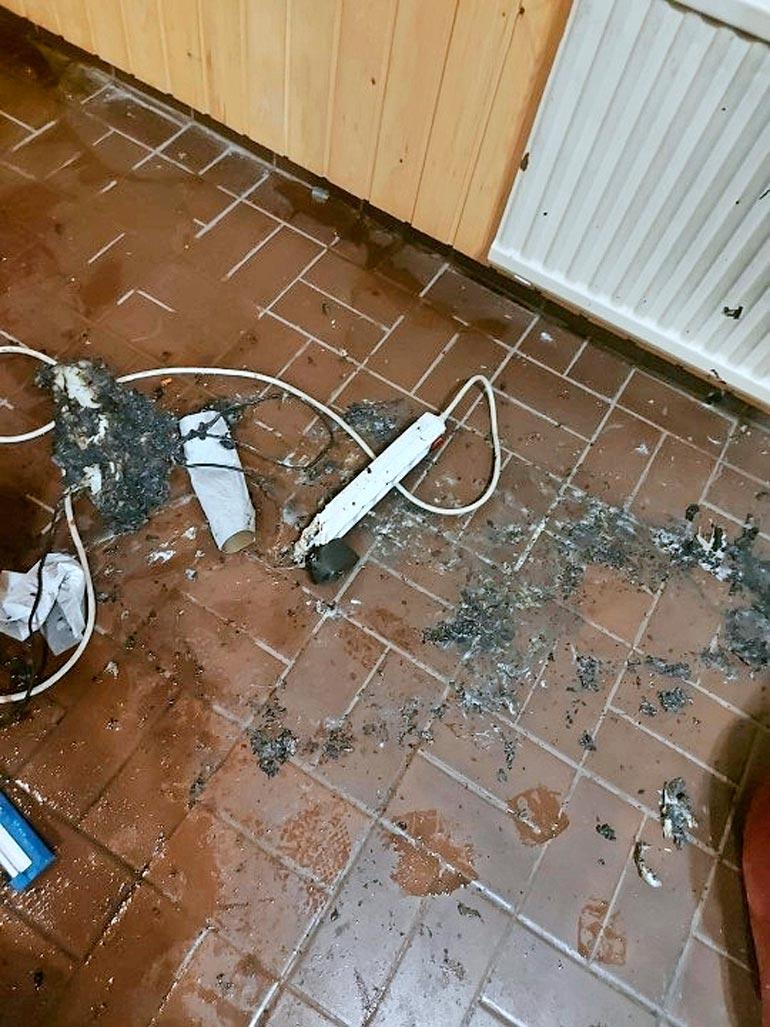 Tuhon jäljiltä tiililattiaa koristi sulanut  sähköroina.