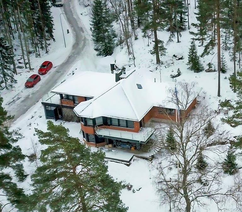Päätalon on rakennuttanut  aikoinaan liimamiljonääri  Erkki Solja, joka perusti  Kiilto-konsernin.