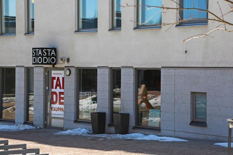 Poliisi tutkii lievää pahoinpitelyä,  joka tapahtui tässä kauniaislaisessa taidegalleriassa.