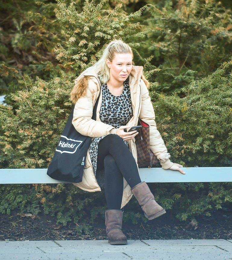 Tunnistaisitko  tätä toppatakkista naista  Maisa Torpaksi? Meikitön  kohublondi istui  viime torstaina  pitkään uuden  työpaikkansa  parkkipaikalla  Helsingissä  Kallion virastotalolla.