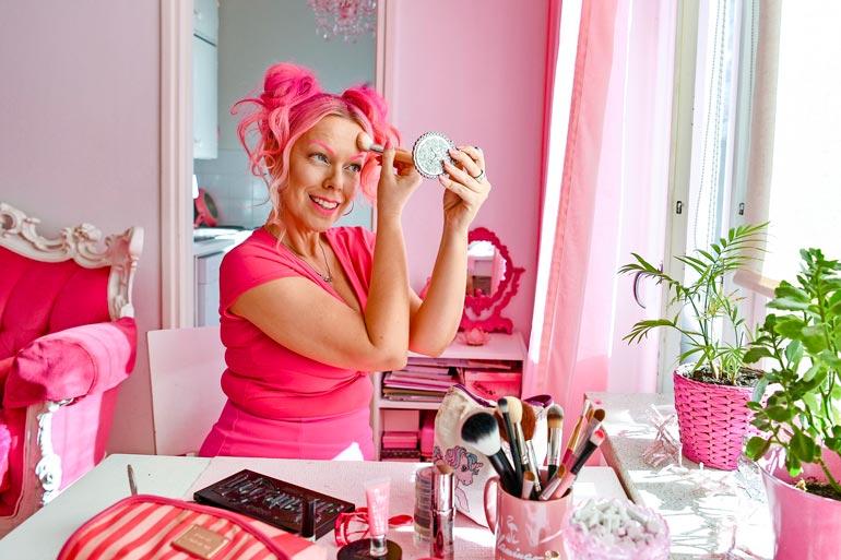 Ammattimaskeeraajana työskentelevä Pinksu  meikkailee mielellään  myös kotonaan. Ruokapöytä muuttuu näppärästi meikkauspöydäksi.