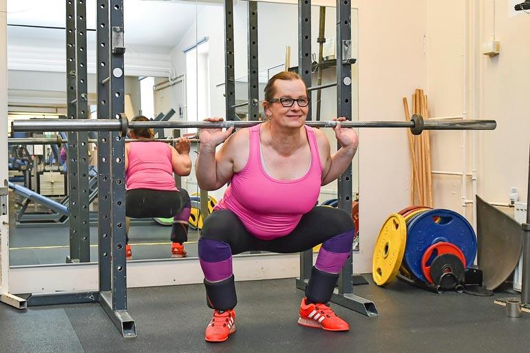 Urheilullinen nainen haluaa palata  vielä urheilijaksi. Hän haaveilee  pääsystä toukokussa pidettäviin  penkkipunneruksen SM-kisoihin.