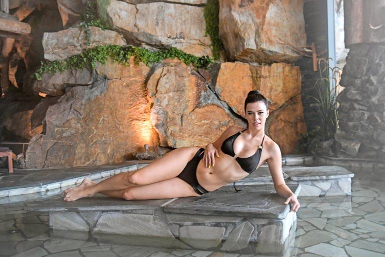 Hallitseva Miss Suomi Viivi Altonen, 24, pitää Seiskan bikinikuvauksia kylpylähotelli  Järvisydämessä hyvänä treeninä. – Tämähän on kuin kenraaliharjoitus  Miss Universumeita varten!