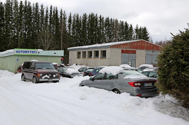 Veralla on Kausalassa runsaasti  kiinteistöjä, jotka ovat vuokralla.  Lisäksi hän pyörittää Kausalan  ainoaa autokauppaa.