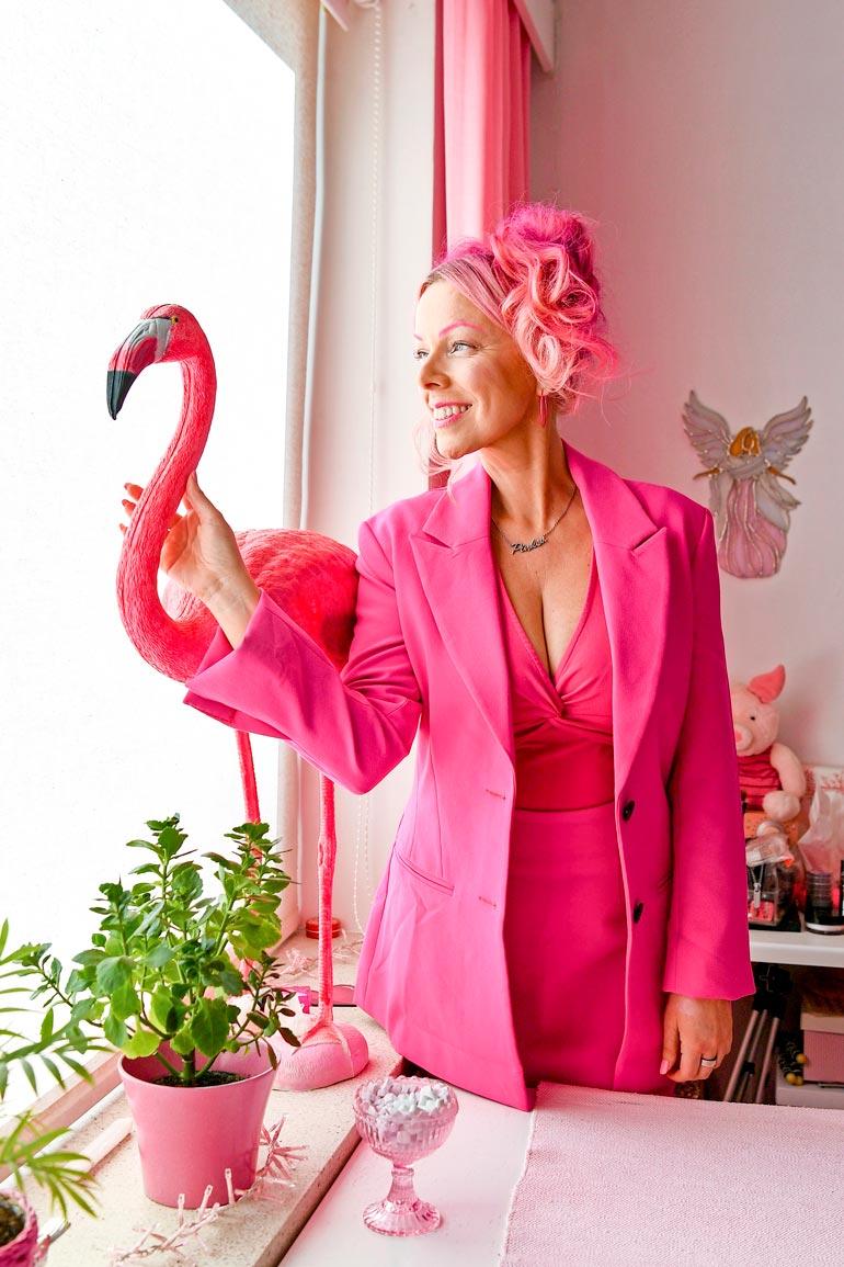 Pinksun asunnossa moni asia on maalattu pinkiksi. – Mutta tätä koristeflamingoa ei tarvinnut värjätä!