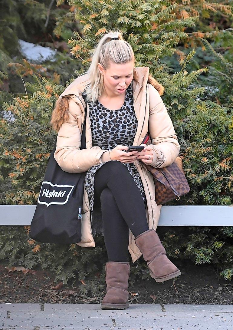 Arkinen vaaleaverikkö näpytteli  pihalla kännykkäänsä närkästyneenä.