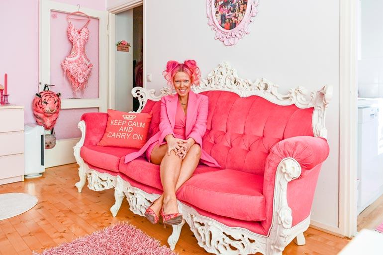 Pinkin kodin sydän on  valtava barokkisohva.  – En edes ostohetkellä mitannut sitä, että  mahtuuko se tänne!  Jos se olisi ollut yhtään  isompi, en olisi saanut  sitä eteistä pidemmälle.  Se oli kyllä aikamoista  taiteilua, Pinksu nauraa.