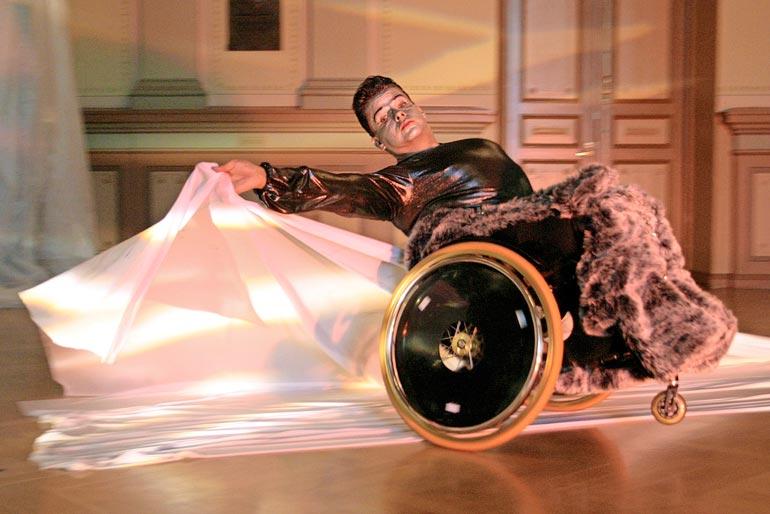 Pyörätuolitanssin uranuurtaja Risto on esiintynyt seitsemässä eri  maassa  kutsuttuna tanssijana. Hän on voittanut lukuisia alan kansainvälisiä kilpailuja.