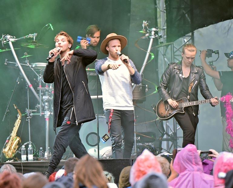 Roope Salminen ja Koirat on keikkaillut aktiivisesti vuosia. Bändin tunnetuin kappale on Madafakin darra, joka on paitsi hauska hitti, myös ollut Roopen arkea.