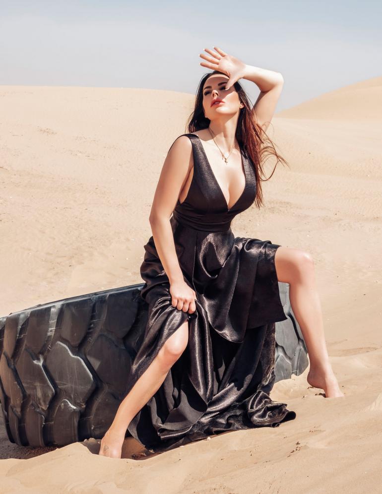 Suvi Pitkäsen uutuuskappleen musiikkivideo kuvattiin Dubain aavikolla.