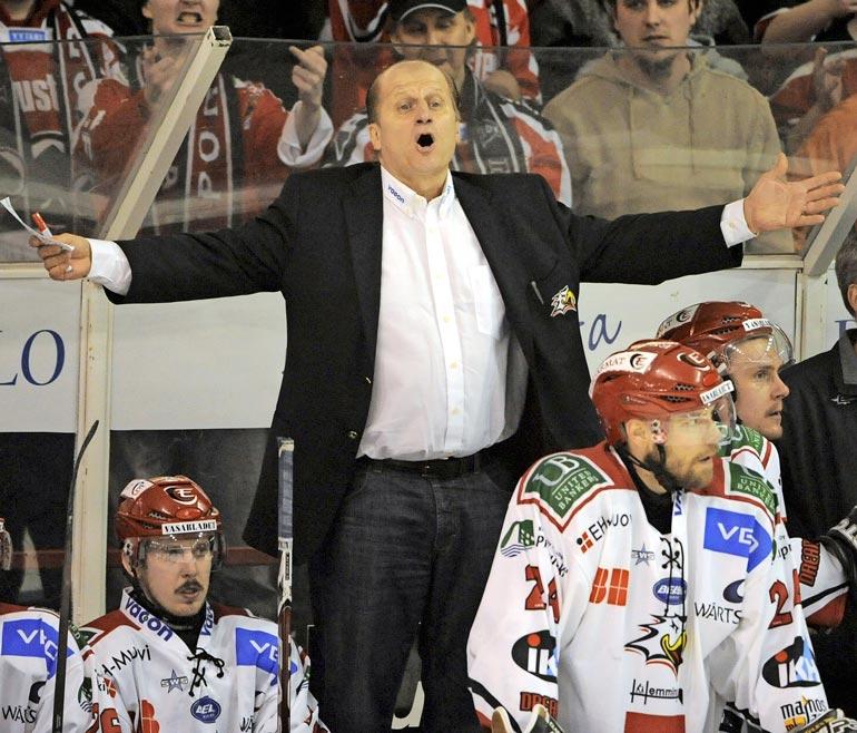 Tamin kattila alkoi keittää yli kaudella 2009–10 hänen työskennellessään Vaasan Sportissa. –Olin yhtä aikaa sekä päävalmentaja että firman toimitusjohtaja. Se oli liikaa.