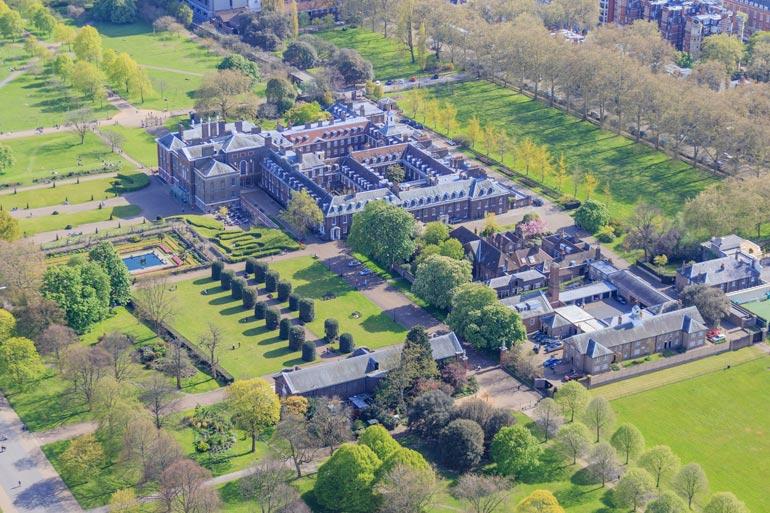 August asuu  Lontoon  Kensingtonissa aivan  Cambridgen  herttupari  Williamin ja  Catherinen  naapurissa.