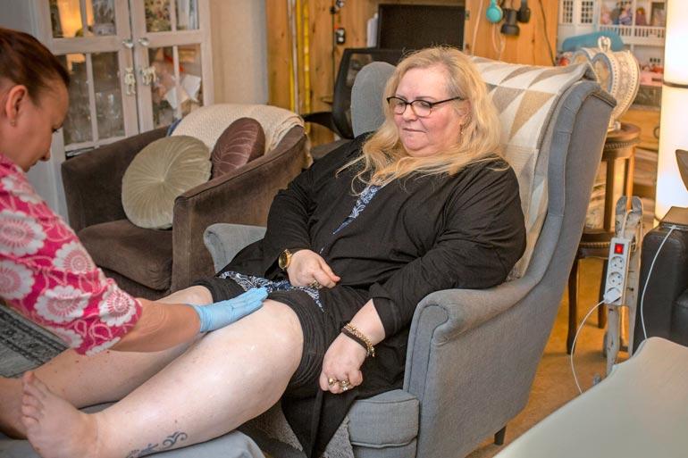 Kotona aika kuluu nojatuolissa jalat asetettuna rahin  päälle turvotuksen ehkäisemiseksi. – Eniten pelkään,  että jonakin päivänä joudun  pyörätuoliin, Jaana sanoo.