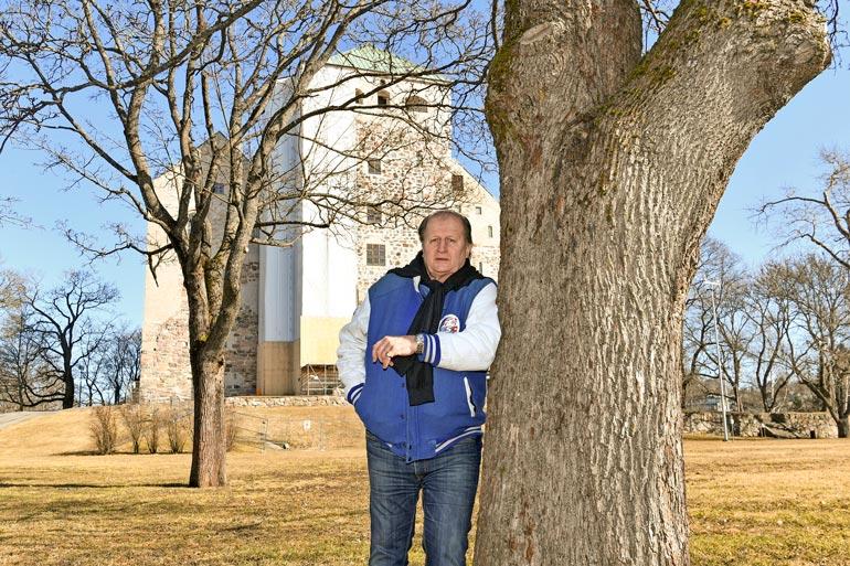 """Juhani """"Tami"""" Tamminen, 70, selätti vuonna 2010 pahan burnoutin. – Nyt olen niin täynnä energiaa, että jos maapallossa olisi kahvat, voisin tarttua niihin ja kiskaista ylös!"""