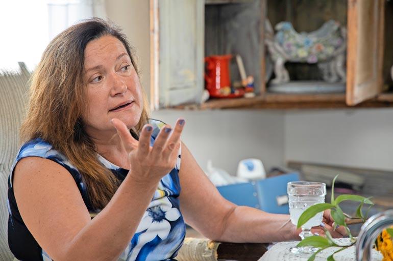 Leila Palmu kertoo miehensä päässeen jo teholta ja pystyvän puhumaan.  – Päivä kerrallaan mennään.