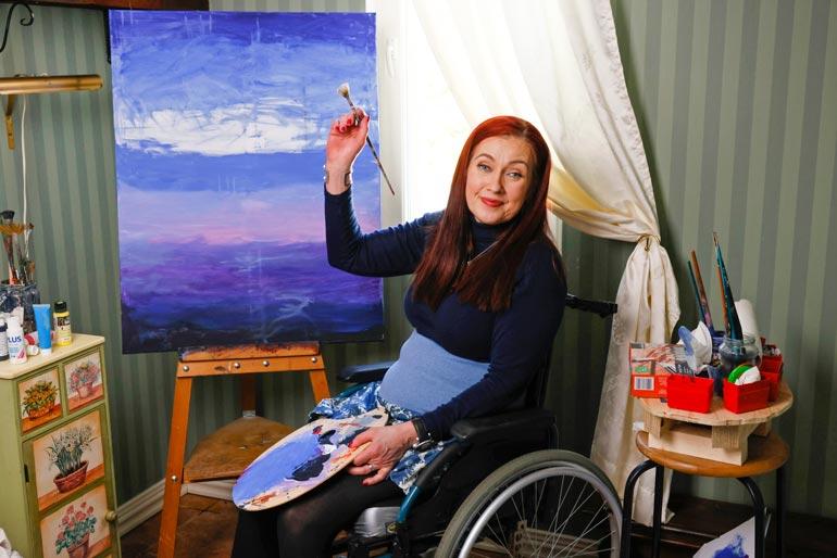 Maalaaminen on rakas harrastus.  – Tyttäreni puhuu aina mummon  maalauksista mutta äidin töherryksistä, Saija nauraa.