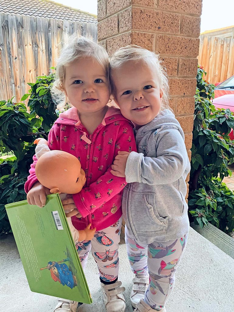 2-vuotias Bonnie yltää jo nyt ottamaan tavaroita korkeammalta kuin 4-vuotias Sienna-sisko.