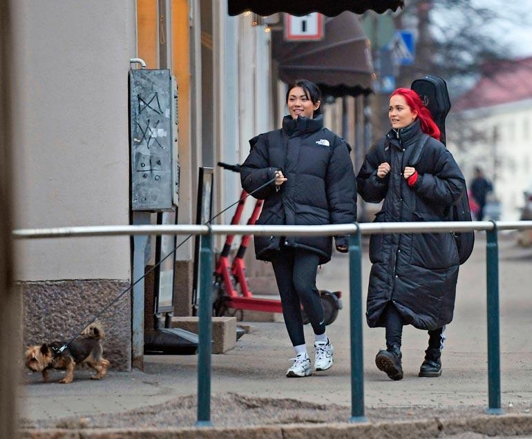 Tavalliset kaduntallaajat hieraisivat silmiään, kun julkkispari  ilmestyi happihyppelylle. Shirlyllä oli mukanaan Pena-koiransa,  ja Sanni kantoi selässään isoa  kitaralaukkua.