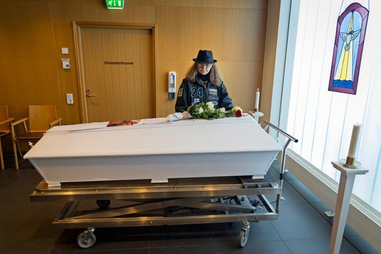 Marketta Hautakorpi jätti haikeat hyvästit Jari-miehelleen pääsiäisen alla Tampereella pidetyssä siunaustilaisuudessa. Jari menehtyi helmikuun lopulla Marketan syliin sydämen pysähdyttyä aamuyöllä. Marketalla oli siunauksessa yllään miehensä entinen kisatakki.