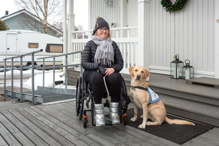 Elsi on  sairastanut hitaasti  etenevää ALSia  parinkymmenen  vuoden ajan. Arjen askareissa karvakaveri on korvaamaton apu.