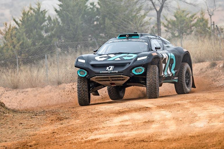 Extreme E -sarjassa ajetaan tehokkailla sähkömaastoautoilla.