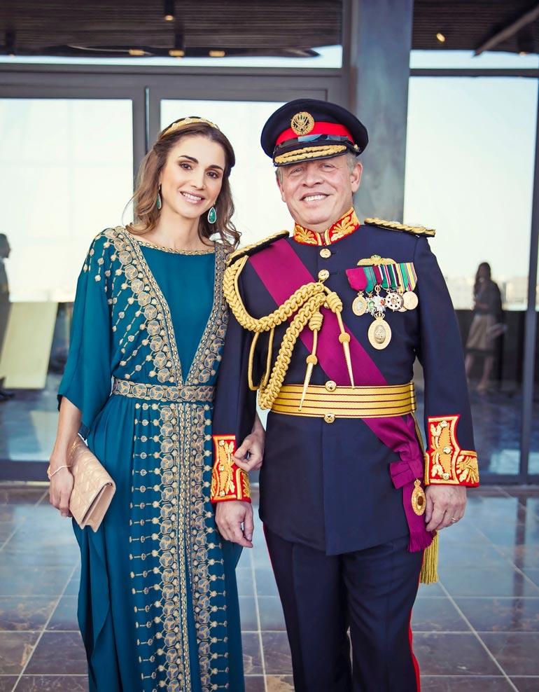 Kuningas Abdullah on  hallinnut Jordaniaa 22  vuotta. Hän on naimisissa  kuningatar Ranian kanssa,  ja heillä on neljä lasta, joista vanhin, prinssi Hussein on kruununprinssi.
