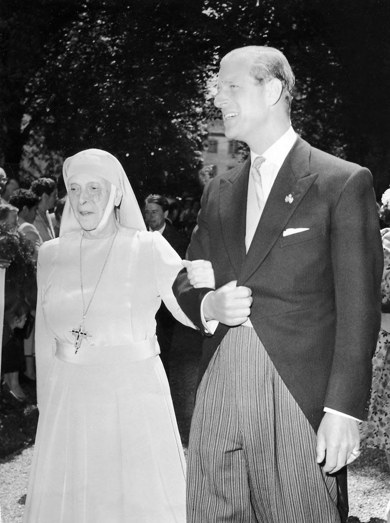 Alice-äiti Philipin käsikynkässä 1950-luvun alussa. Alice eli hermoromahduksesta toivuttuaan loppuelämänsä luostarissa.