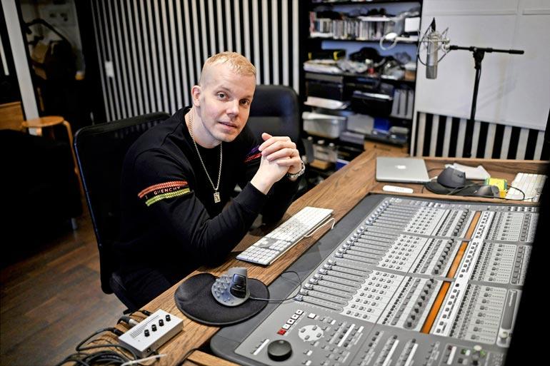 Elastinen on johtanut vuosia Rähinä Recordsia, jonka tallissa ovat olleet muun muassa Cheek, Uniikki ja Redrama.