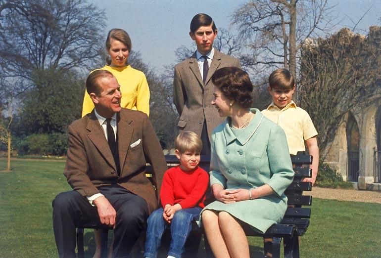 Kuninkaallinen perhe keväällä 1968. Isänsä ja äitinsä takana keskellä seisoo hovin seuraava kruununperijä Charles.