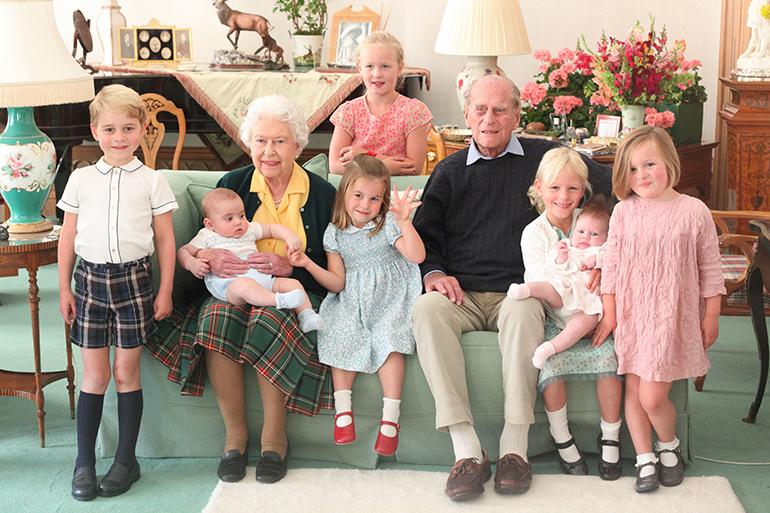 Kuningatar Elisabet, prinssi Philip, George, Charlotte, Louis, Isla, Savannah, Mia, Lena
