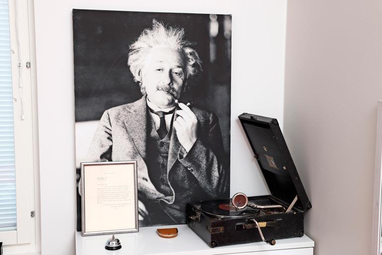 Einsteinin aito kirje ja lähes 90-vuotias grammari ovat Paulan aarteita.