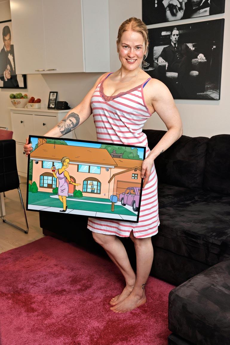 Simpsoneiden tyyliin tehdyssä taulussa Paulalla on yllään Big Brother -talossakin käyttämänsä yöpaita.