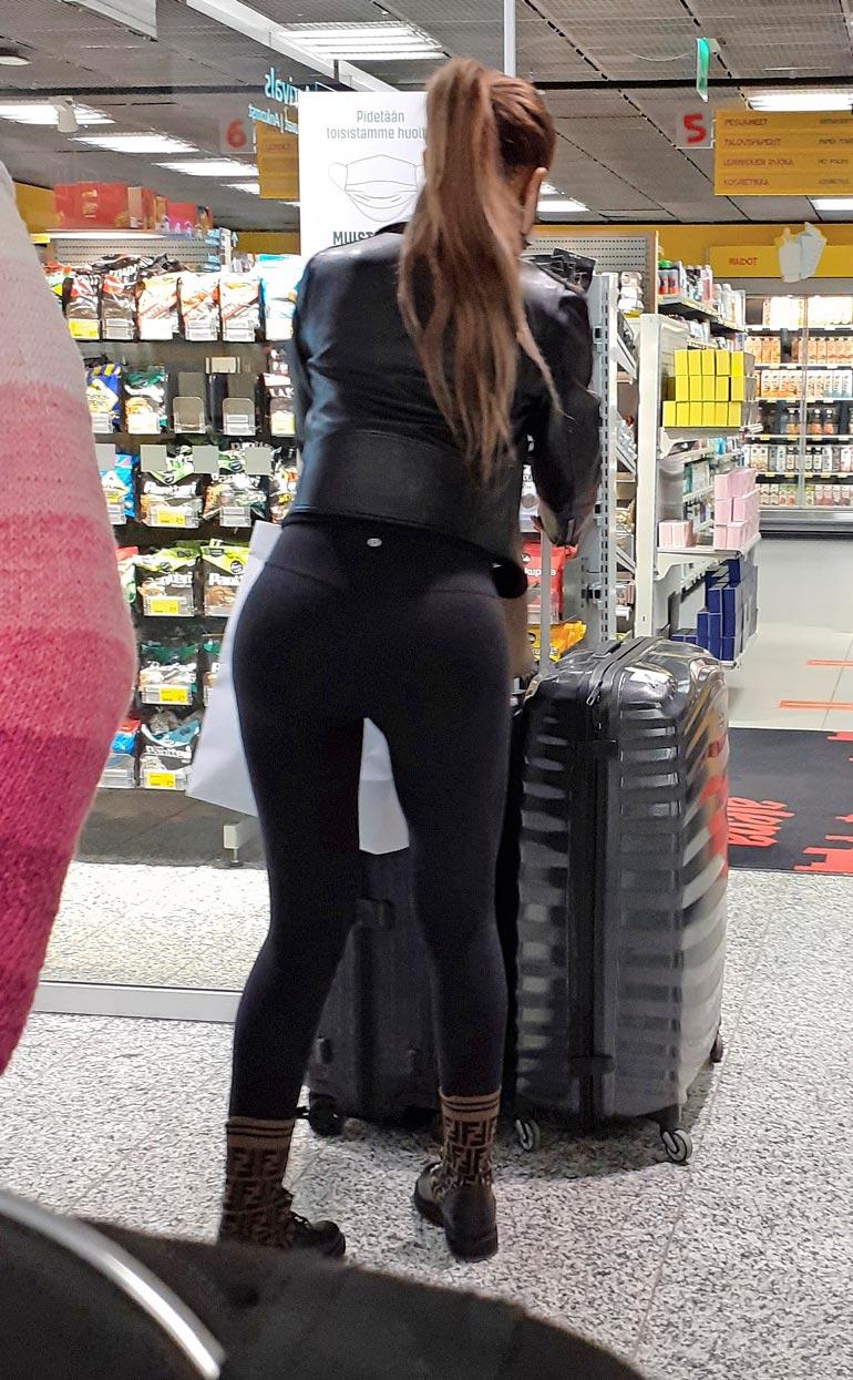 Kohukaunotar piipahti lentokentän ruokakaupassa.