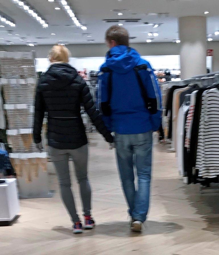 Pariskunta ei peitellyt rakkauttaan, vaan he kävelivät kauppakeskuksessa käsi kädessä.