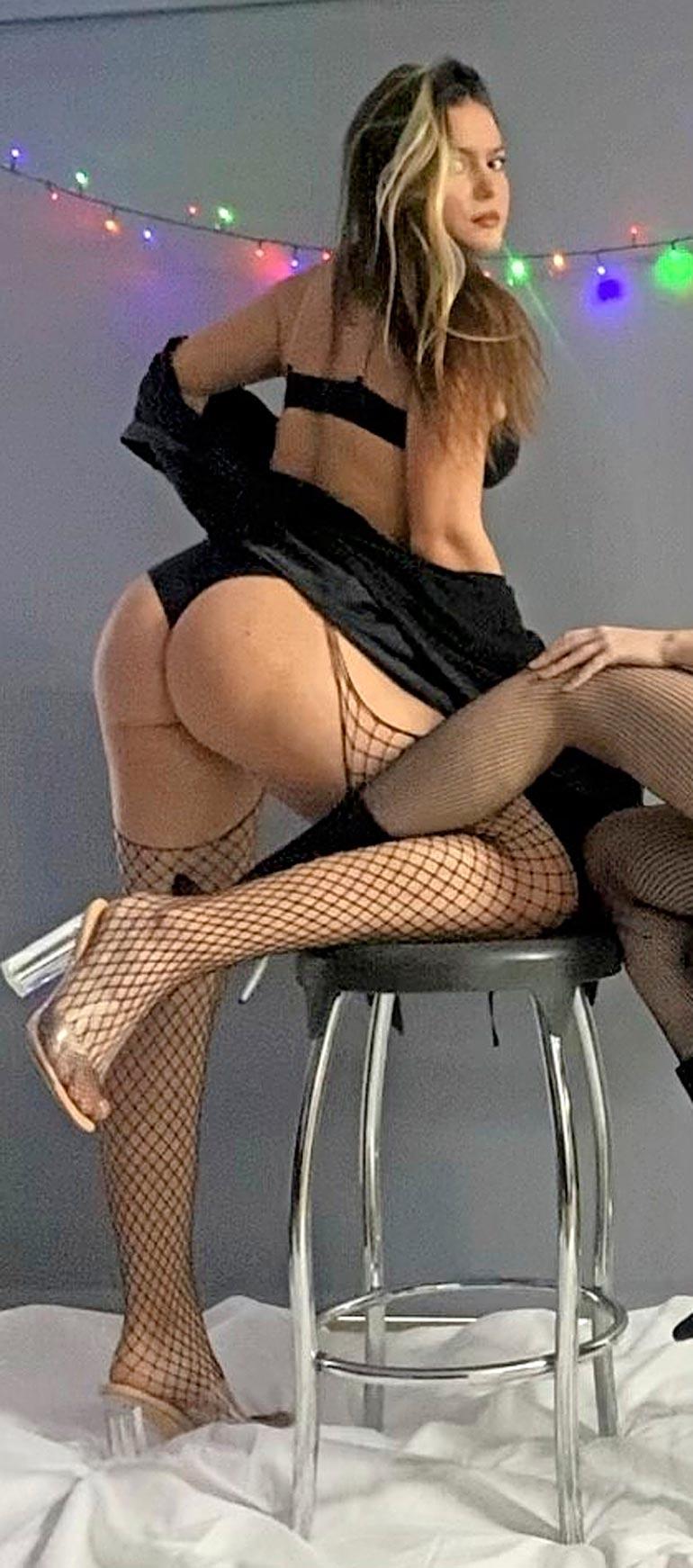  Sinkku-Tara keskittyy opintoihinsa, mutta harrastaa seksikkäitä valokuvaussessioita kämppiksensä kanssa.Sinkku-Tara keskittyy opintoihinsa, mutta harrastaa seksikkäitä valokuvaussessioita kämppiksensä kanssa.