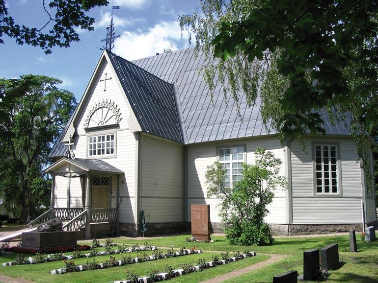 Kimmo siunattiin Lokalahden vuonna 1763 valmistuneen puukirkon pihamaalla. – Menimme naimisiin tässä kirkossa liki 43 vuotta sitten, Kike kertoo.