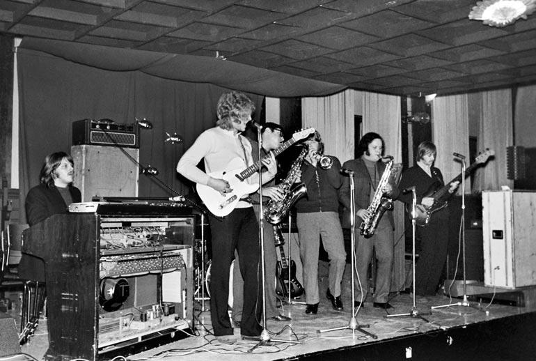 Pepe & Paradise perustettiin 1968. Pepen oma ura alkoi jo 59 vuotta sitten Islanders-yhtyeen kitaristina.