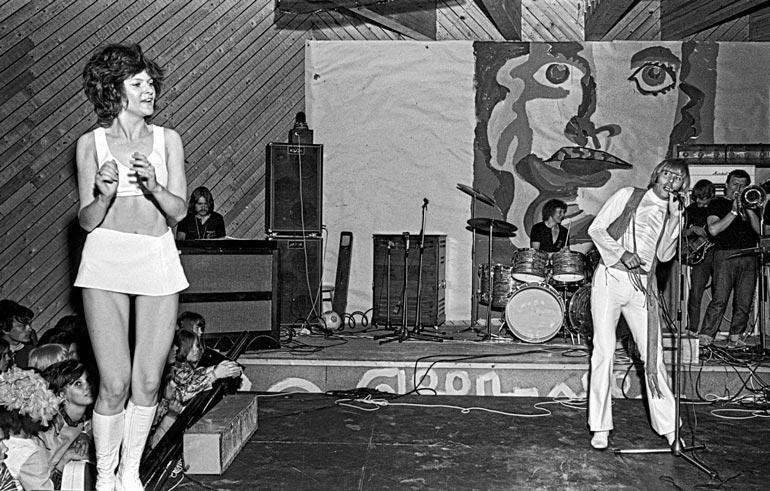 Aikoinaan Dannyn orkesterissa ja perustamassaan Poppoo-kapakka-bändissä rumpuja soittanut Lyly paukuttaa yhä palikoita viidessä eri yhtyeessä.