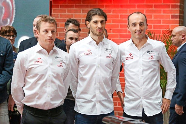Alfa Romeo -kuskit Kimi  Räikkönen, Antonio  Giovinazzi ja Robert  Kubica poseerasivat  lehdistölle helmikuussa  Varsovassa.