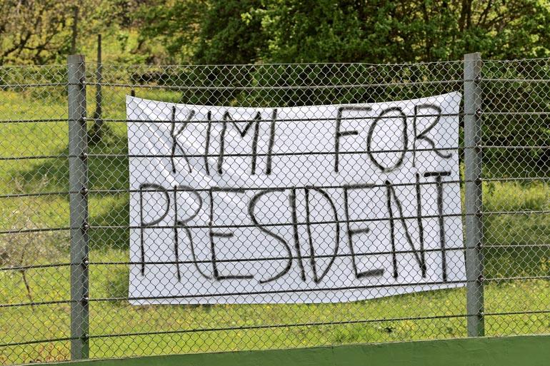 Italialaiset rakastavat Kimi Räikköstä, ja kannustuskylttien mukaan haluaisivat tämän jopa presidentiksi.
