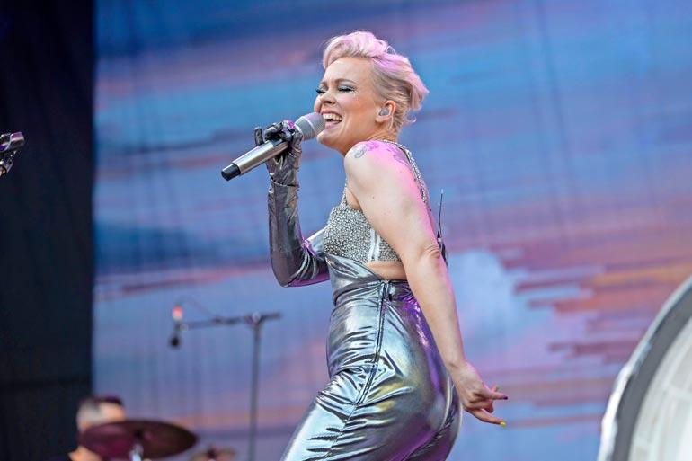 Anna Puu osallistuu kevään Vain elämää -kuvauksiin Satulinnassa tuoreena äitinä. Hän sijoittui vuoden 2008 Idols-laulukilpailussa toiseksi Koop Arposen jälkeen. Anna on palkittu uransa aikana seitsemällä Emma-palkinnolla.