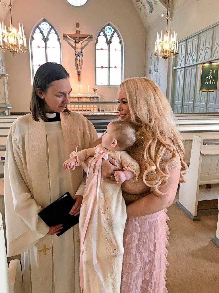 – Pastori kastoi hänen päänsä kunnolla vedellä, Johanna kertoo Isabelle-vauvansa ristiäisistä. Tyttären kaunis ristiäisasu on Johannan vanha.