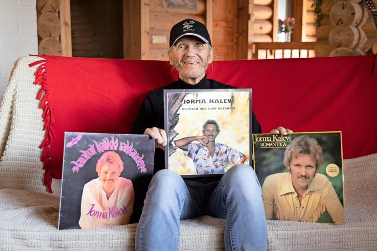 Jorma Kalevi on esiintynyt 1960-luvulta saakka. Vasemmalla hänen de-byyttialbuminsa Laulut kaikki rakkauden vuodelta 1978.